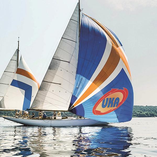 Segelschiff mit UKA Logo