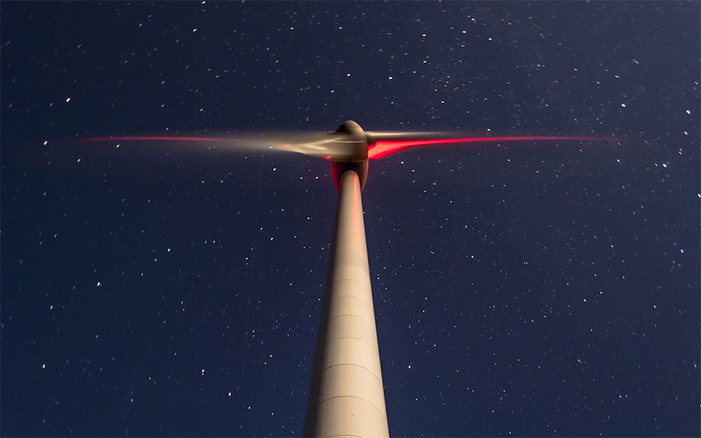 Windenergieanlage WEA Nacht Befeuerung von unten fotografiert